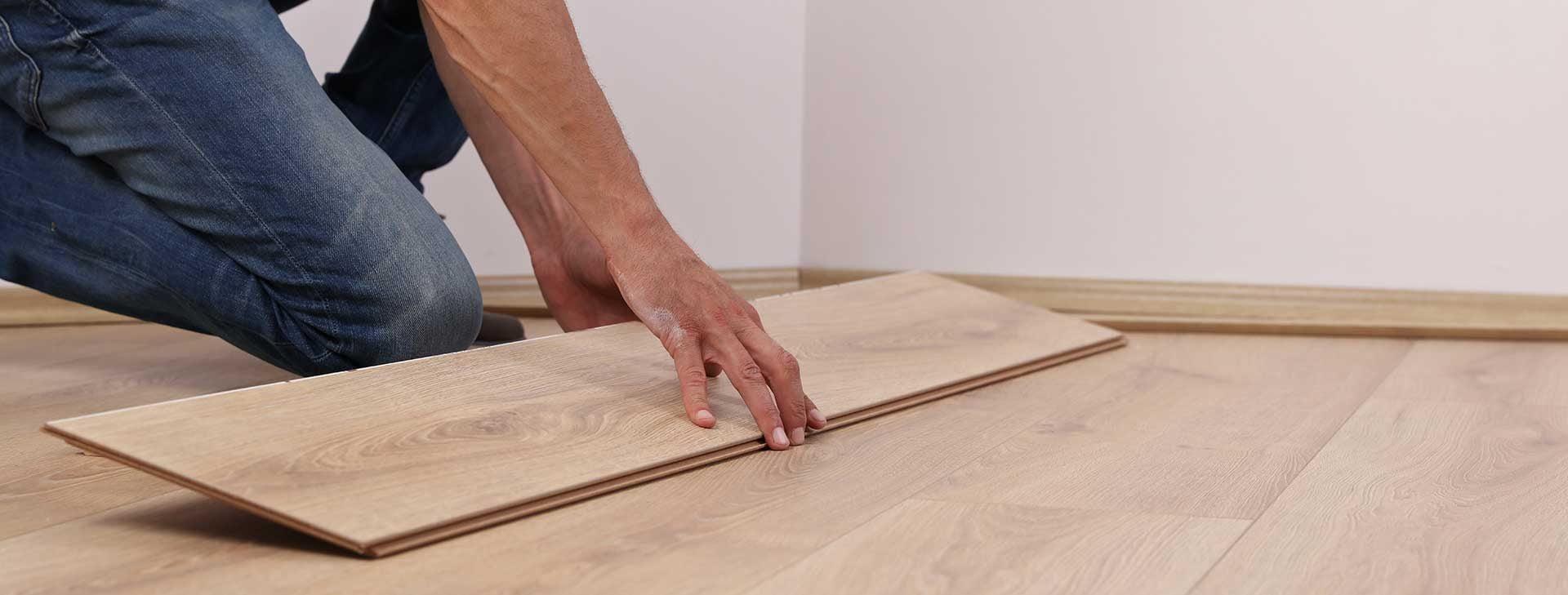 Wir liefern und verlegen Fußbodenbeläge, Fliesen und Tapezieren auch